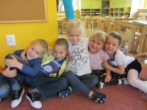 Grupa pomarańczowa z uśmiechem na twarzy kibicowała nowym przedszkolakom :-)